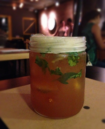 Dicona: infusão do dia. A minha tinha chá preto, suco de maçã, xarope de açúcar e manjericão