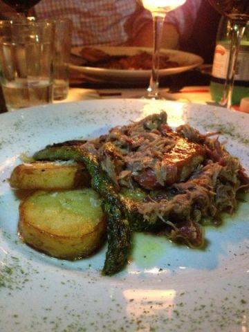 Paleta de cordeiro desfiada, com legumes grelhados: parece comida da abuela!