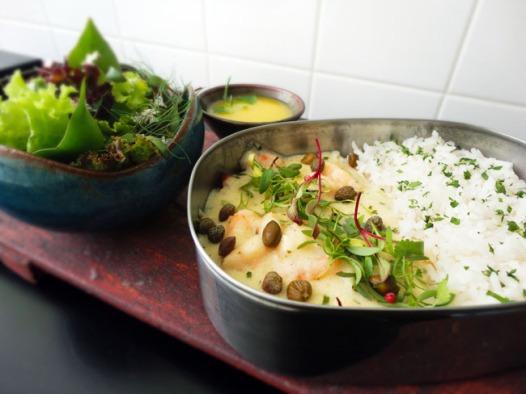 Filé de peixe à delicia: molho bechamel, camarões gratinados e bananas assadas