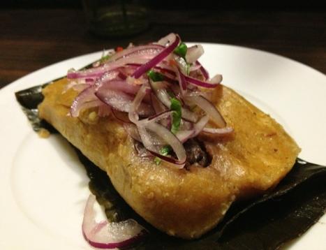 Outra entrada deliciosa: tamalitos de la señora Vilma (R$ 6), feito com milho andino e frango orgânico pela cozinheira peruana Dona Vilma