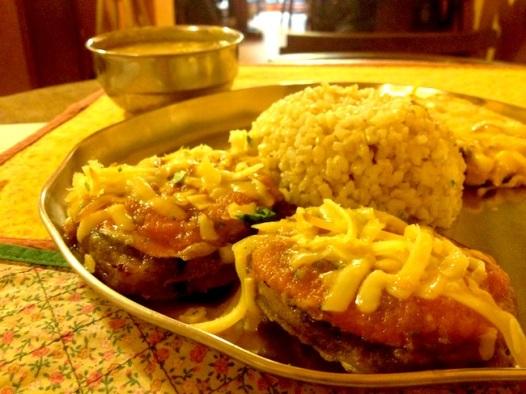 Pakora recheada com arroz integral e suco de manga: menu do Gopala, servido em pratos e copos de metal