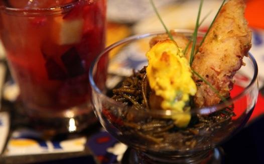 Vieiras gratinadas com ali-oli de açafrão sobre fideuá negra e polvo crocante, um dos itens do restaurante Gracia na Tapas Week