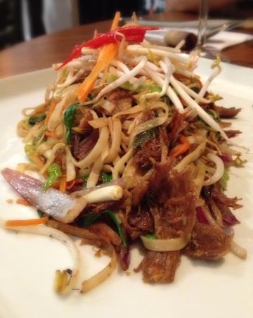 Coxa de pato e macarrão na wok