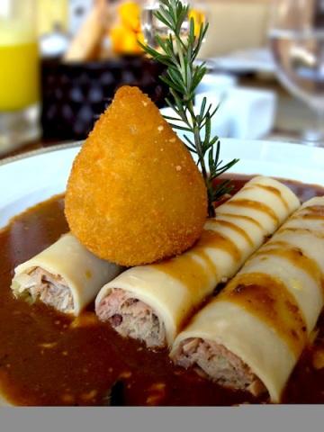 Canelloni de pato confitado com coxinha de foie gras e trufa negra. Sim, é demais.