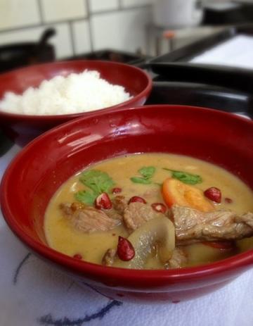 Curry amarelo, no leite de coco, com carne e amendoim