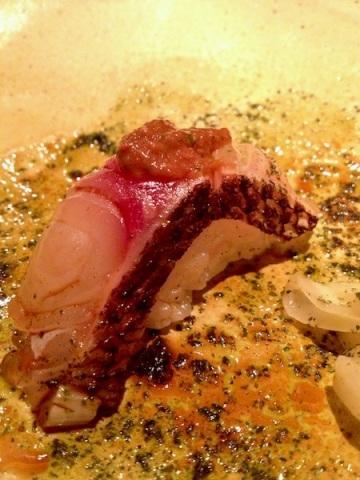 Pequena obra de arte: sushi  de pargo, umeboshi e pesto de shissô
