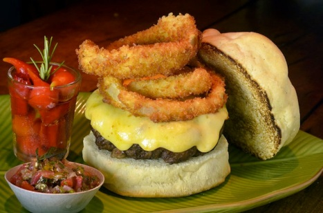 Babei na receita do Marcelino Pan y Vino: hambúrguer de linguiça, queijo e anéis de cebola crispy (R$ 30)