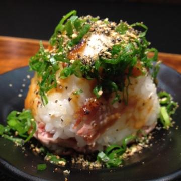 Oniguiri com porco: bonito e gostoso