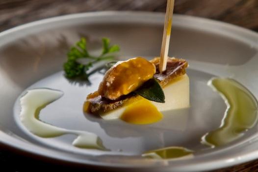 Pintxo pato ahumado, uma das tapas do Gusta Bar: queijo de cabra curado, jamón de pato da casa, sálvia, nozes caramelizadas com molho de mostarda, gengibre e mel.