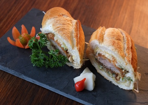 Sanduíche de tonkatsu (milanesa de porco) no pão francês: aí sim!
