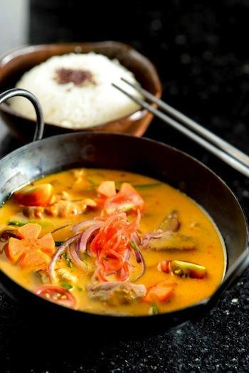 Coxa de pato com curry vermelho estilo Panang, o mais apimentado da Tailândia, do Nama Baru (R$ 45,80