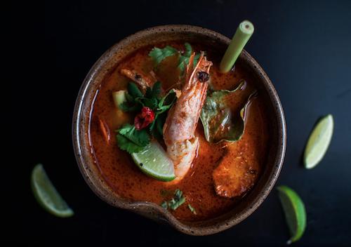 Sopa tailandesa de camarão, limão kafir e capim santo