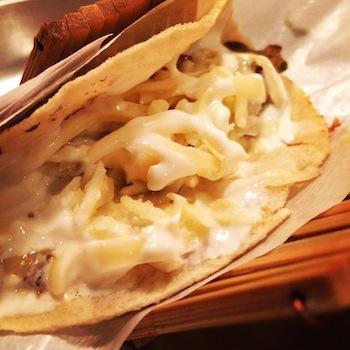 Taco de cogumelos com feijão refrito, abobrinhas, pimentões assados, creme azedo e  queijo minas fresco (R$ 8,50)
