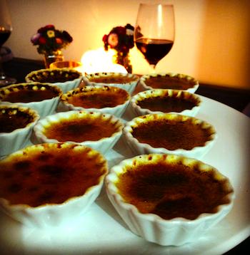 A sobremesa: trio de creme brulée nos sabores baunilha de Madagáscar, cumaru e fava de Aridan