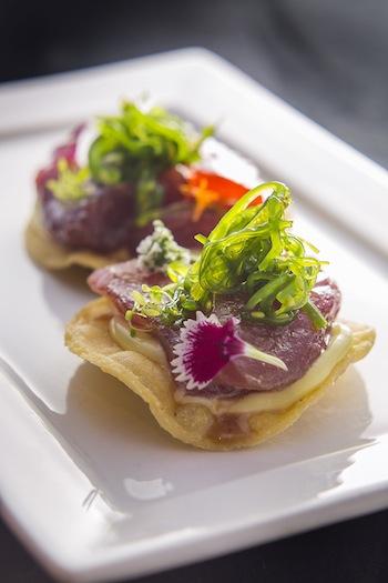 Tostada com atum marinado, algas e maionese de wasabi.