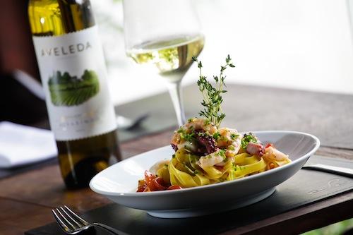 Tagliatelle com camarões, lula e polvo, do Sensi: a taça de vinho é cortesia