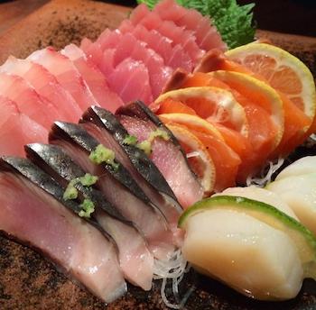 Misto de sashimis de atim, salmão, robalo, serra e, olho na perfeição, vieiras.