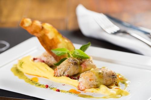 Prato do Avek: rolinho de robalo com lagostim sobre risoto de aspargos (foto de Raphael Criscuolo)