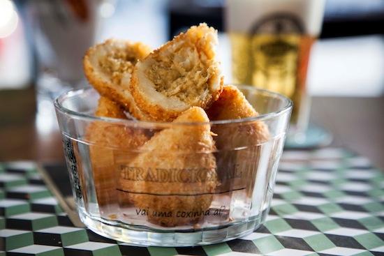 Coxinha de moqueca de abadejo, empanada no coco: um dos 9 sabores pro cliente votar