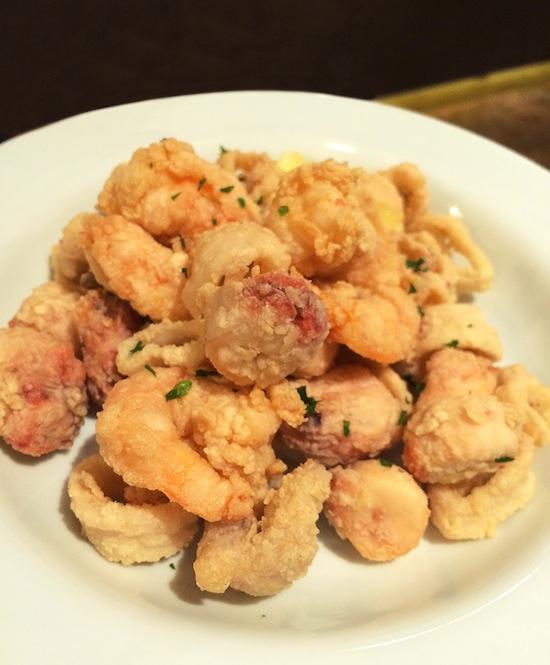 Fritto Misto (R$ 42), do La Piazza:  lula, polvo, camarão e peixe do dia