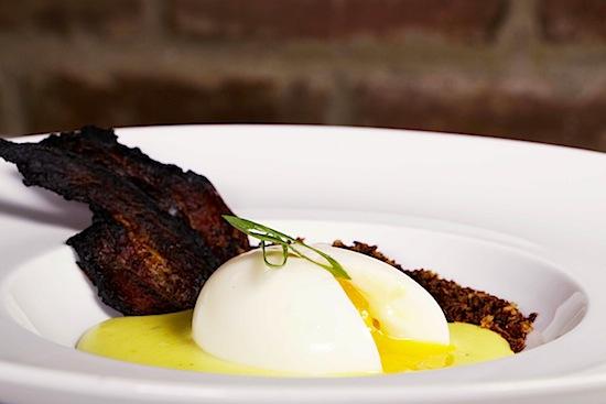Ovo Imperfeito: ovo mollet sobre pirão de queijo, com bacon.