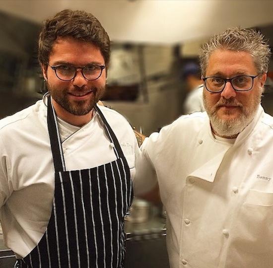 Os chefs atrás do balcão: Marcelo Tanus (à esq.) e Benny Novak.