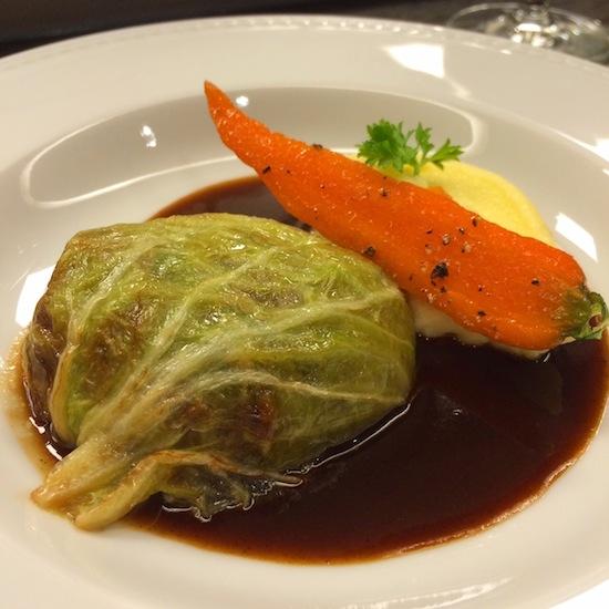 Acelga recheada com pescoço de cordeiro, desmanchando, purê de batata e mini-cenoura.
