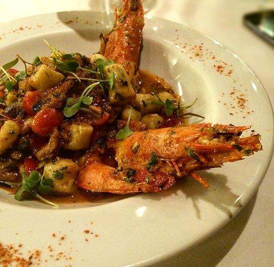 Nhoque de alcachofra com camarões, cogumelos e shitake