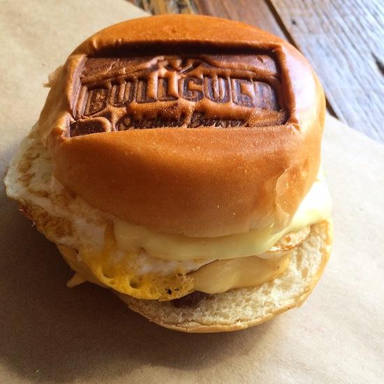 """Uovo (R$ 18): hambúguer com queijo derretido, ovo e maionese, no pão """"carimbado"""""""