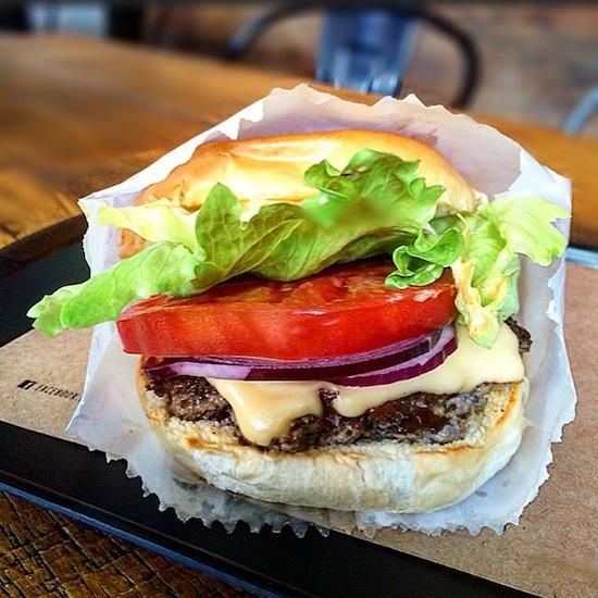 Stencil (R$ 18): carne suculenta, queijo bem derretidinho, cebola roxa, alface e tomate. Simples e perfeito.