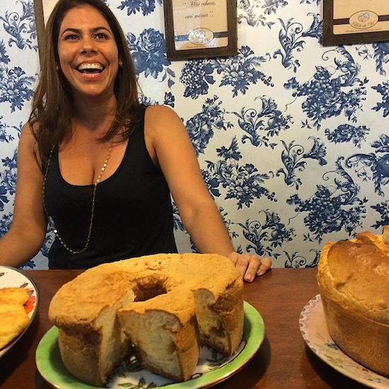 A bela Renata com suas delícias, como o bolo de sal