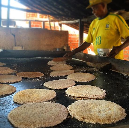 Hora da farinhada: discos quentinhos de beiju de goma de tapioca