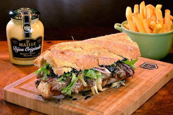 """Mignon na Baguette (R$ 35,90), da Deli Deli: mignon grelhado com sal grosso, blend de queijo gruyère e prato PJ, pão baguette, com molho """"mostardeli"""" da casa e servido com mix de folhas."""