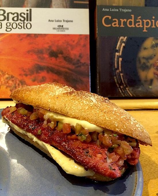 Suculento sandubão de linguiça de castanha com vinagrete e maionese de limão no pão de mandioca