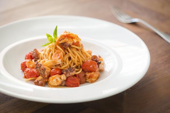 Espaguete napolitano com ragu de polvo e tomate cereja