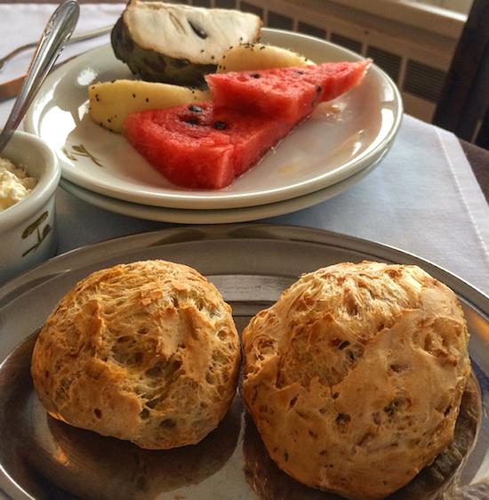Pão de batata yacon com queijo cottage, frutas e ricota. E nada de café, só chá de maçã com canela mesmo. 🍎