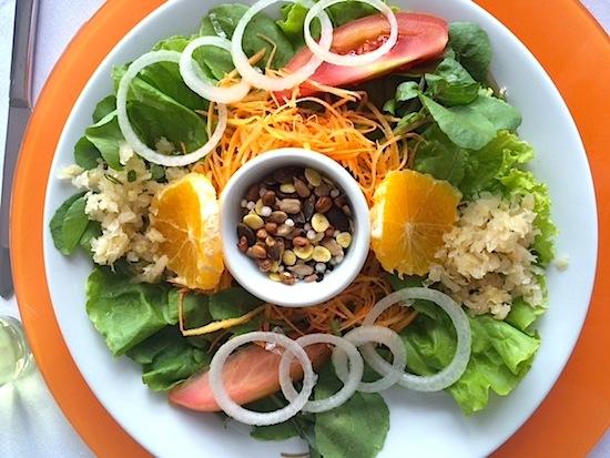 "Salada ""inteligente"": folhas verdes, tomate, laranja, chucrute e uma deliciosa granola salgada."