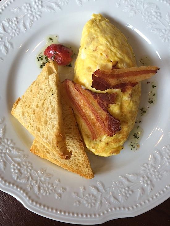 Omelete de queijo com bacon crocante (R$ 17)