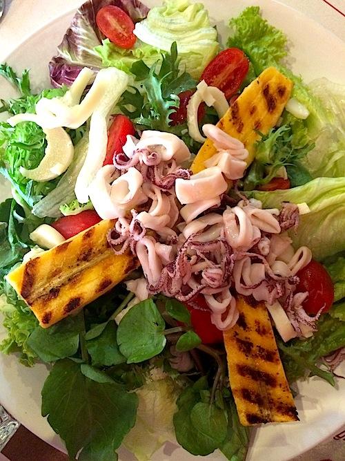 Salada Thai no Restrô: lulas, banana da terra e verdes