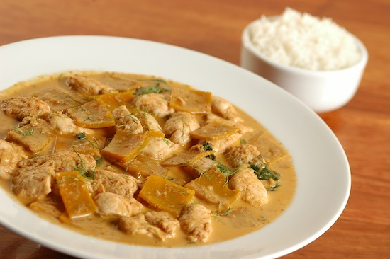 Chiang mai: cubos de frango e abóbora mergulhados num curry levemente picante e refrescante