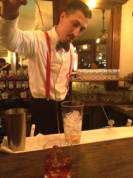 Heitor Marin, barman do Ici Bistrô, preparando um super negroni pro blogueiro aqui.